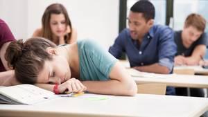 Teenager schläft in der Schule ein