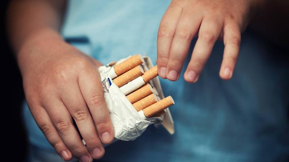 Vor laufender Kamera: Ein junge Mutter hat in Argentinien ihre Tochter zum Rauchen und Trinken genötigt