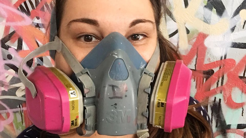 Keine Journalistin kam Banksy zuvor so nahe: Nora Reinhardt atmete wohl Banksy-Atome ein, als sie seine Maske aufsetzte.