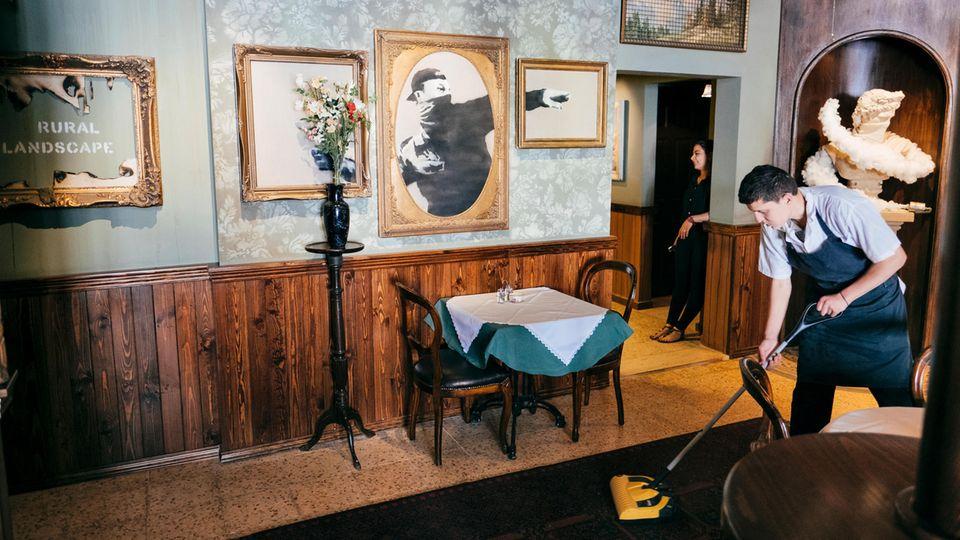 """Mehr Personal als Gäste: """"Wir überleben, weil Banksy Geld in das Hotel steckt"""", sagt der Manager"""