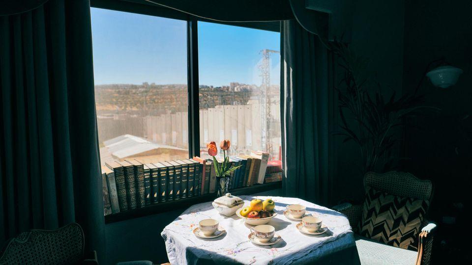 Vom Banksy-Zimmer aus sieht man die Mauer und einen Kontrollturm