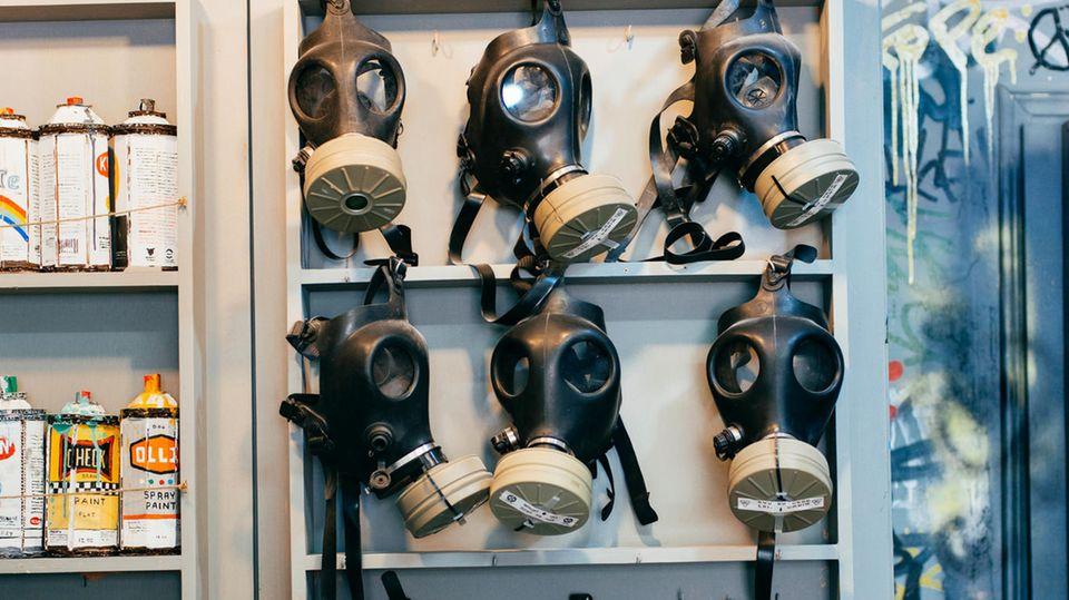 Im Wall Mart, dem offiziellen Shop nebenan: Spraydosen und Gasmasken-Deko