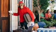 Hereinspaziert. Am Eingang des Banksy-Hotels grüßt eine Schimpansen-Skulptur - nicht die einzige Besonderheit des Hauses