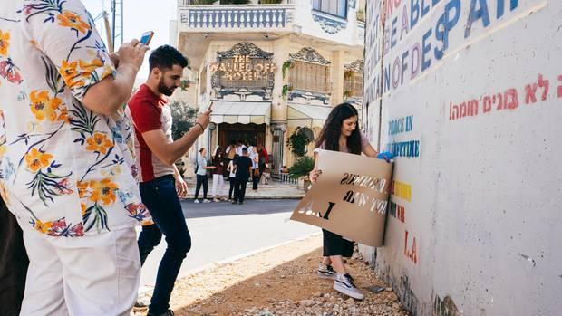 Jeden Tag entstehen neue Graffitis in allen Sprachen auf der Mauer.