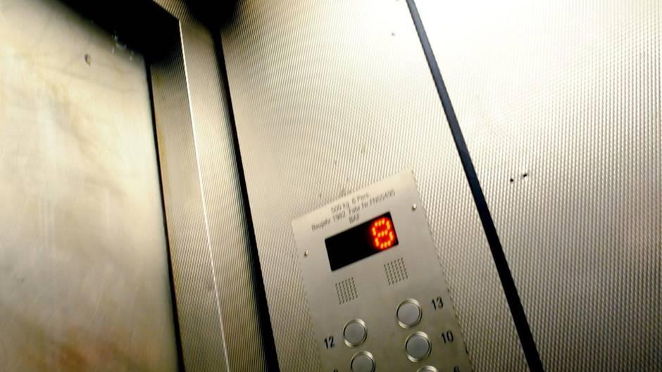Beim Spielen ist ein zweijähriger Junge in einen Aufzugschacht gefallen