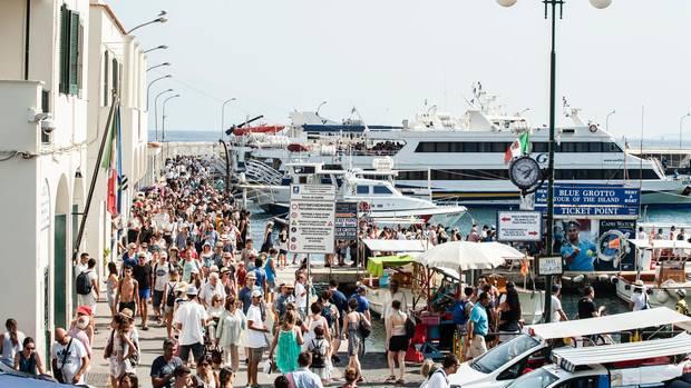 Ausgespuckt: 500 bis 600 Touristen entlädt jede voll besetzte Fähre, die an der Hafenmole anlegt