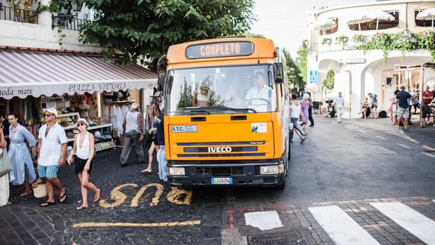 """Die kleinen Linienbusse zwischen Capri und Anacapri sind meist überfüllt – """"completo"""""""