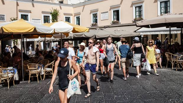 """Auflauf: Vor dem """"Municipio"""", der Stadtverwaltung von Capri, flanieren blasse Touristen"""