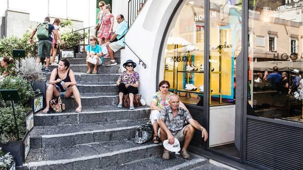 Touristen suchen Schattenim Zentrum Capris