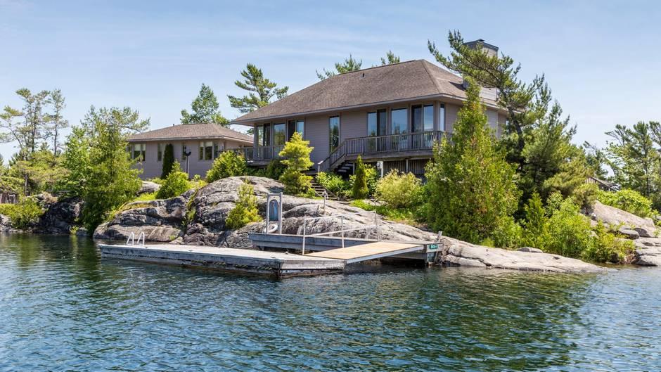 Wie wäre es mit diesem zauberhaften Eiland in Ontario, Kanada? Die nur 1,5 Hektar große Insel verfügt über ein Haupt- und ein Gästehaus. Per Boot brauchen Sie rund 20 Minuten in die nächste Stadt. Der Preis liegt bei rund 1,7 Millionen Dollar.