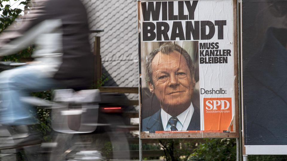 Ein Wahlplakat des ehemaligen Bundeskanzlers Willy Brandt steht in Leverkusen (Nordrhein-Westfalen) am Straßenrand