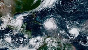 """Das Satellitenbild zeigt das Zentrum von Hurrikan """"Irma"""" nördlich der Insel Hispaniola. Links ist Hurrikan """"Katia"""" im Golf von Mexiko und rechts Hurrikan """"Jose"""" auf dem Atlantischen Ozean zu sehen."""