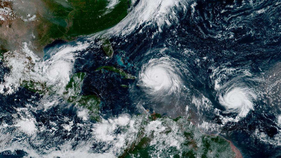 """La imagen de satélite muestra el centro del huracán. """"Irma"""" Al norte de la isla Hispaniola.  Tormenta izquierda """"கட்டியா"""" En el Golfo de México y en el huracán adecuado """"José"""" Encontrado en el Océano Atlántico."""