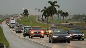 Wagenkolonnen in Florida: Viele Menschen machen sich auf Richtung Norden.