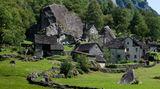 Blick auf den Dorfkern des Weilers Sabbione mit seinen Unterbauten im Fels.Sabbione liegt im Val Calnègia, einem Seitental des Bavonatals nordwestlich von Locarno.