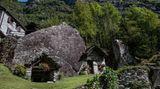 Hier gibt es mehrere Wohn- und Vorratsbauten, die aus den Hohlräumen unter großen Felsbrocken entstanden.