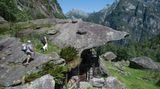 Bild 1 von 9der Fotostrecke zum Klicken:Unter einer riesigen Granitplatte im Tessiner Bavonatal entstand die natürliche Felswohnung mit Stallungen, eine sogenannte Splüi.
