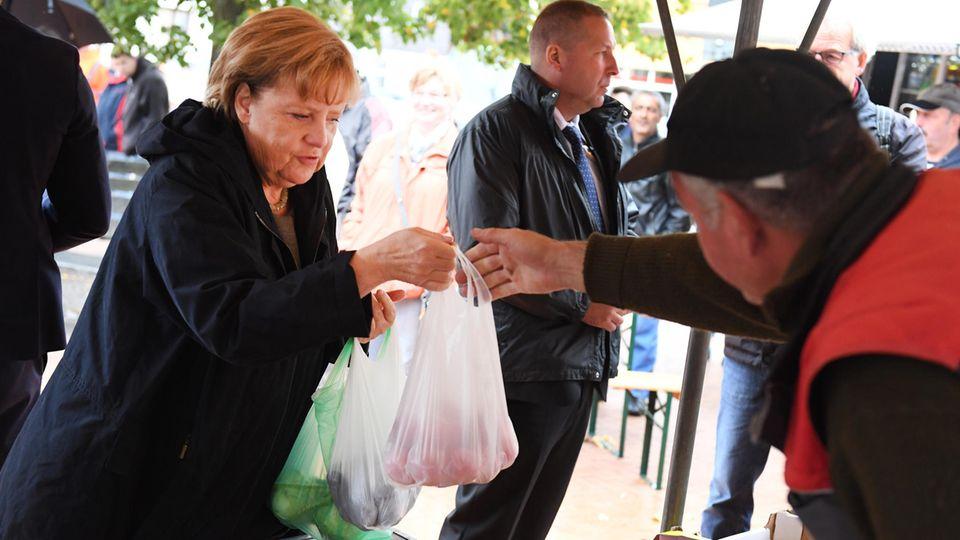 Angela Merkels Wagen in Vorpommern mit Tomaten beworfen