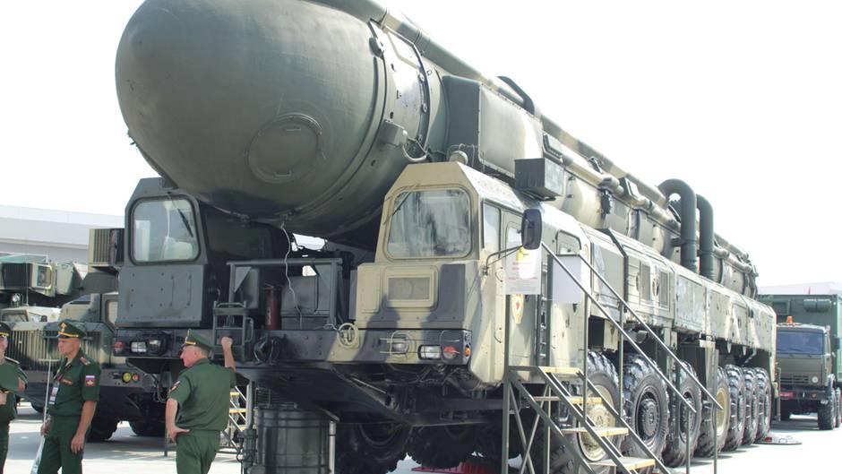 Eine mit Nuklearsprengköpfen bestückbare Interkontinentalrakete vom Typ Topol wird in Moskau auf einer Rüstungsmesse präsentiert. Das Geschoss soll in den kommenden Jahren die Interkontinentalrakete SS-25 ablösen.