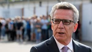 Bundesinnenminister Thomas de Maizière (CDU) will nach der Bundestagswahl die Leistungen für Flüchtlinge kürzen (Archivbild)