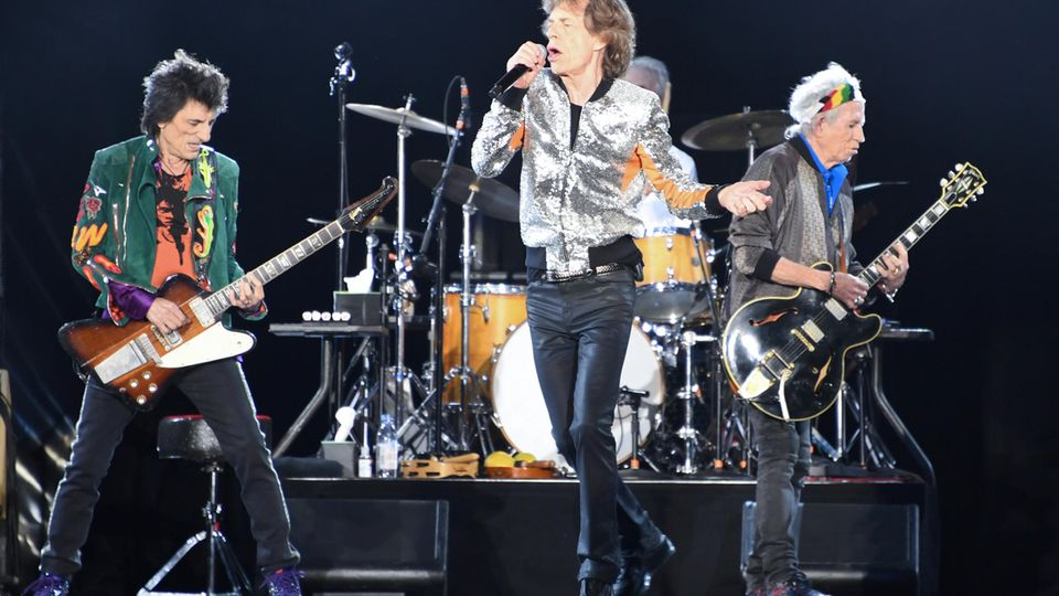 """Die Rolling Stones, Ron Wood (links nach rechts), Mick Jagger, Charlie Watts (verdeckt) und Keith Richards stehen im Stadtpark in Hamburg beim Start der Rolling Stones-Europatour """"Stones - No Filter"""" auf der Bühne."""