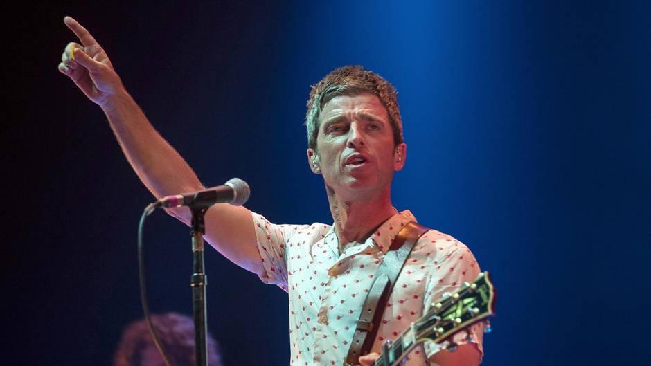 """Noel Gallagher ist mit seiner Band High Flying Birds beim Benefiz-Konzert in Manchester aufgetreten. Beim Oasis-Hit """"Don't look back in anger"""" kamen ihm die Tränen."""
