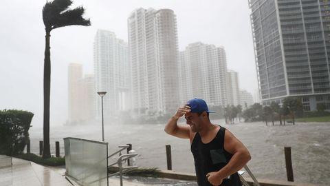 Auf den Straßen Miamis sind nur noch vereinzelt Menschen anzutreffen: Dieser Mann hat sich den Sturmböen zum Trotz nach draußen gewagt - um ein Foto der überfluteten Stadt zu schießen. Ein gefährliches Unterfangen.
