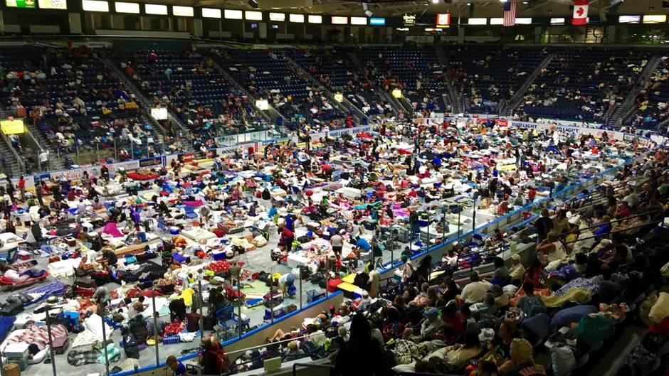 """Zahlreiche Menschen haben in Estero, Florida vor dem Eintreffen von Hurrikan """"Irma"""" Zuflucht in der Notunterkunft, der Germain Arena gefunden. Rund 6,3 Millionen Menschen wurden aufgefordert, ihre Häuser zu verlassen und sich vor dem Sturm in Sicherheit zu bringen. Das entspricht rund 30 Prozent der Bevölkerung des Bundesstaates."""