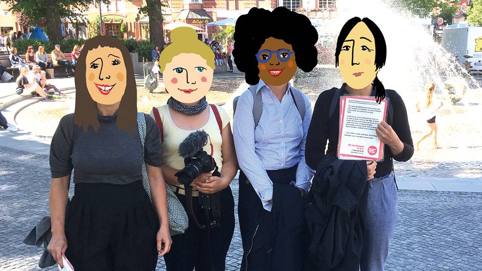 Vier Frauen mit Gesichtern hinter illustrierten Masken