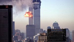 Die schrecklichen Momente am Morgen des 11. September 2001 in New York City: Ein Turm des World Trade Center stürzt ein
