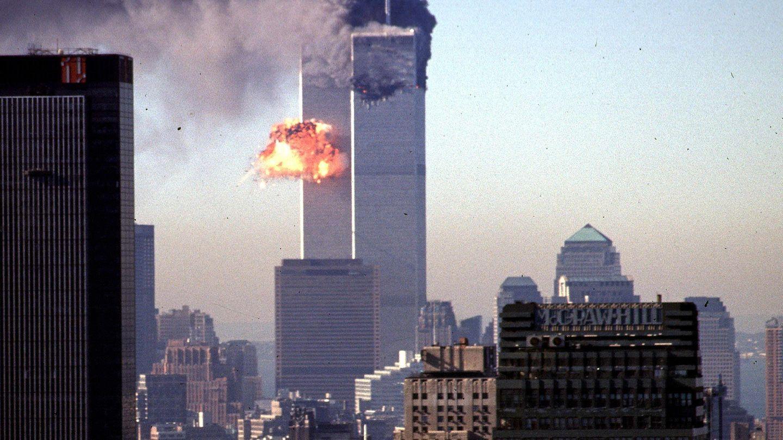 Die schrecklichen Momente am Morgen des 11. September 2001 in New York City: Ein Turm des World Trade Center stürzt ein
