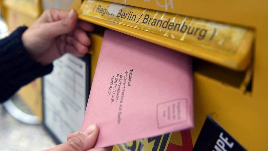 Briefwahl zur Bundestagswahl 2017: Ein roter Wahlumschlag wird in einen Briefkasten in Berlin gesteckt