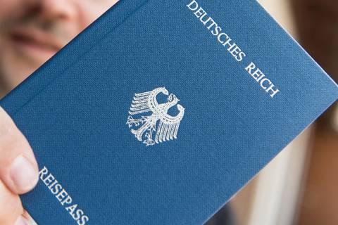 News des Tages: Vermeintlicher Reichsbürger - Polizei findet mehr als 50 Waffen bei 64-Jährigem
