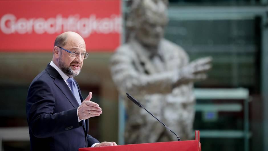 SPD-Kanzlerkandidat Martin Schulz spricht in der Berliner Parteizentrale zu Journalisten