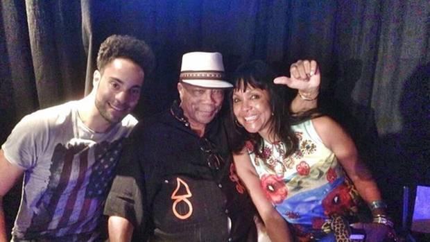 Tracie neben ihrem Sohn Marc und ihrem berühmten Onkel, dem Musikproduzenten Quincy Jones.