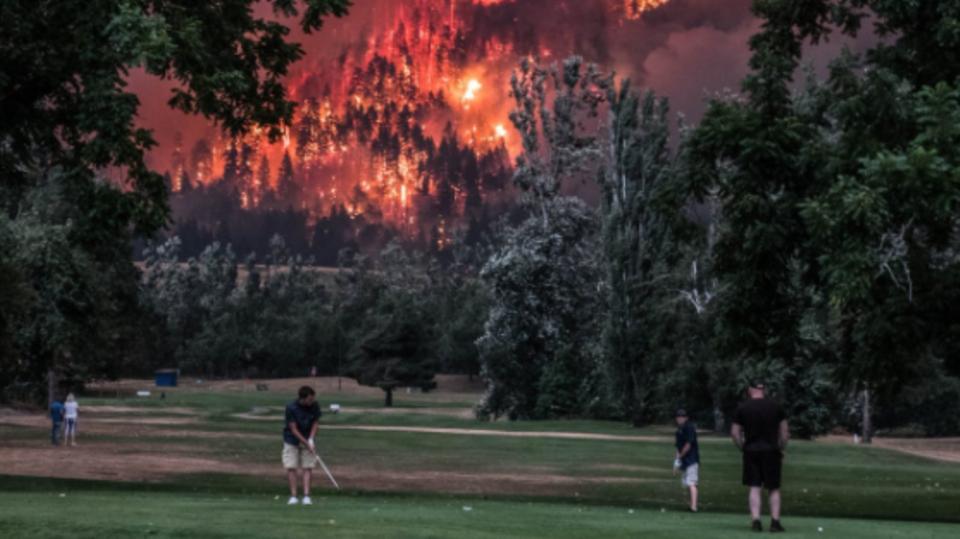 Viraler Hit: Tiefenentspannte Golfer spielen weiter - obwohl hinter ihnen ein Buschbrand wütet
