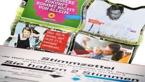 Wahlplakate und Stimmzettel für die Bundestagswahl