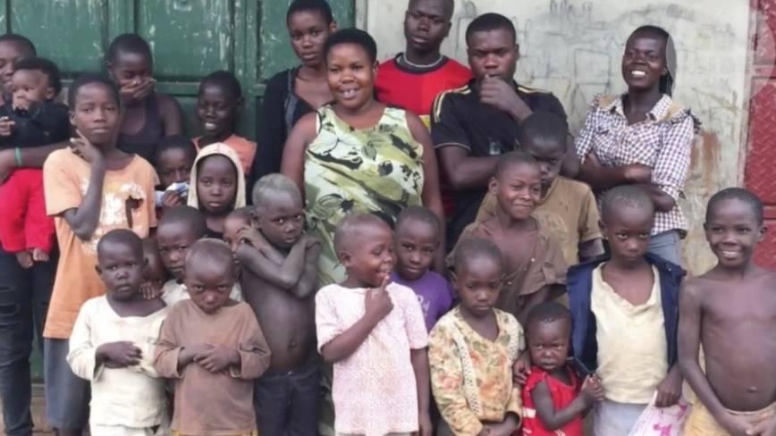 Uganda: Mutter mit 38 Kindern - ein unglaubliches Familienfoto