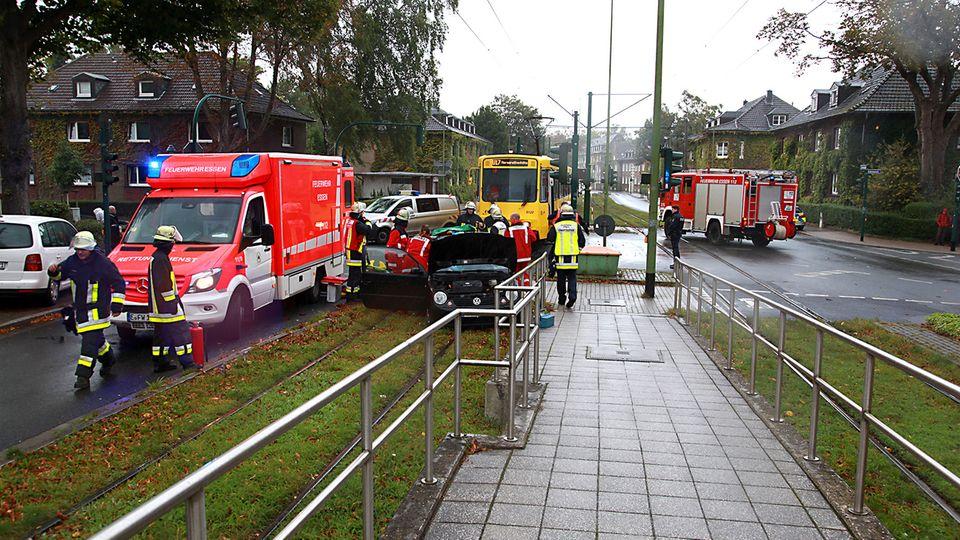 Nachrichten aus Deutschland: In Essen hat eine Straßenbahn ein Auto gerammt