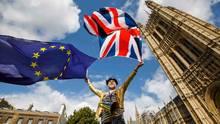Während einer Brexit-Demonstration in London hält ein Mann die Flaggen von Großbritannien und Europa hoch