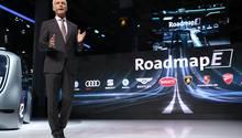 Matthias Müller blickt ihn die Zukunft, in der Gegenwart setzt ihm der Dieselskandal zu.