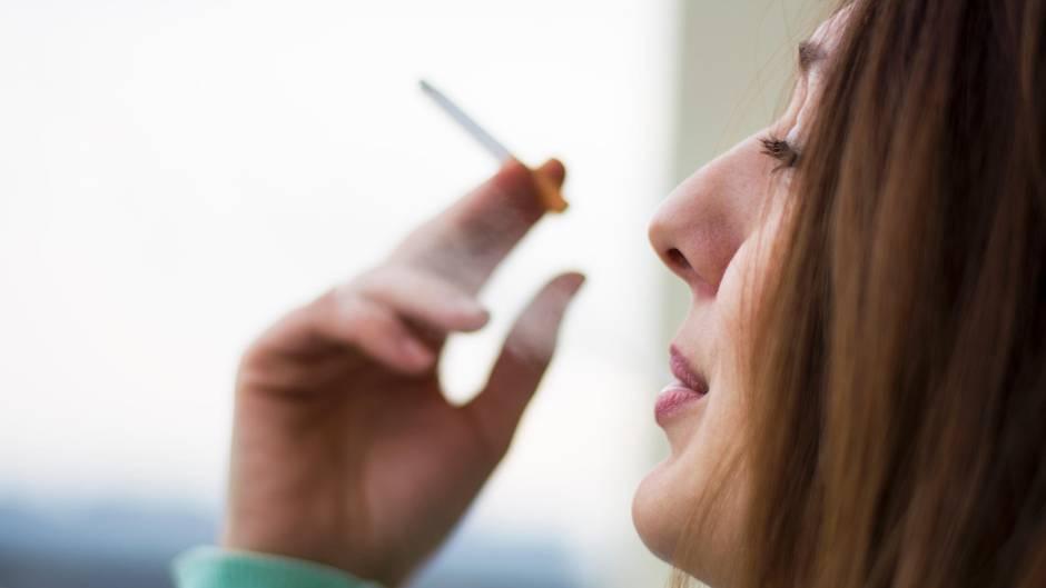 Passivrauchen schadet Kindern - selbst wenn Eltern zum Qualmen ins Freie gehen