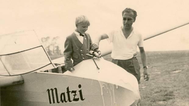 Auf dem Segelflugplatz: Christian Peter Dogs als Kind mit seinem Vater. Der war in seiner Klinik der umschwärmte Chef, zu Hause aber ein Sadist und brutaler Despot