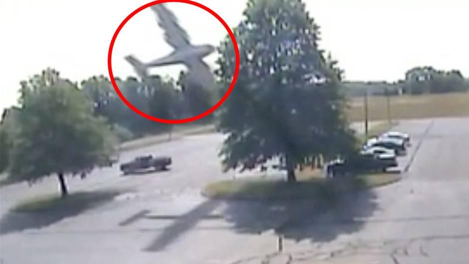 USA: Flugzeug rammt Baumkrone