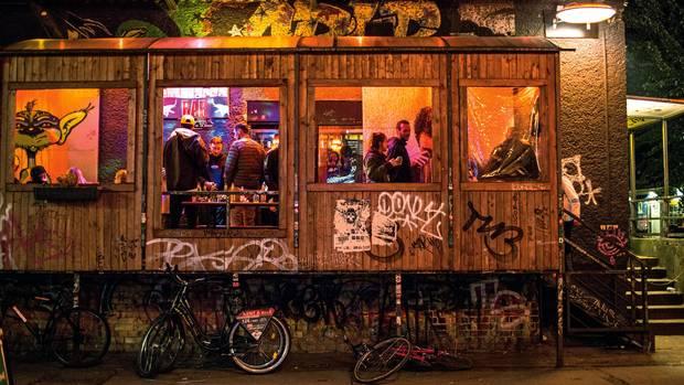 Rau und frei: Im Dunkeln treffen auf dem RAW-Gelände in Friedrichshain Feiernde auf Kriminelle