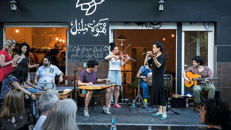Der Sound der Metropole: internationale Musiker vor dem Café Bulbul in Kreuzberg