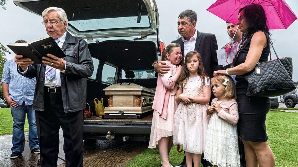 Eine Beerdigung mit verzweifelten Angehörigen nach einem Farmmord – eine von schon mehreren Dutzend in diesem Jahr. Kathleen van Coppenhagen wurde tot im Hundezwinger gefunden, wo sie sich vor den Angreifern verstecken wollte