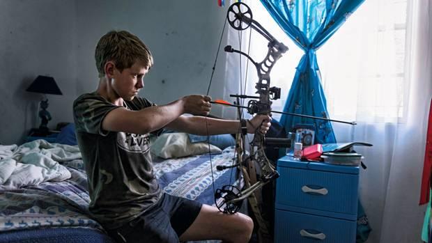 Dean Botha, 15, erlebte schon mehrere Überfälle. Für den nächsten rüstet er sich auch mit Pfeil und Bogen