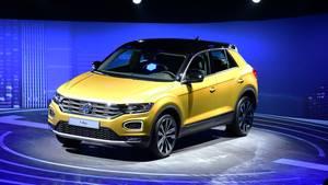 VW T-Roc: Programmierter Erfolg, neben dem T-Roc sieht ein Golf blass aus.