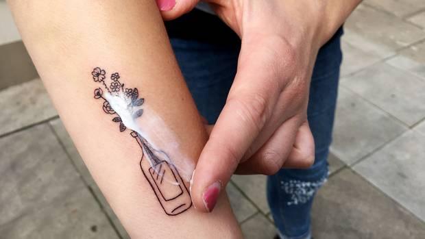 """""""TattooMed"""" im Praxischeck: Wir tragen die Salbe """"After Tattoo"""" auf ein frisch gestochenes Tattoo auf. Der Geruch der Salbe ist neutral, das Hautgefühl gut. """"Allerdings zieht sie ziemlich langsam ein"""", findet Testerin Lena Schmidt."""